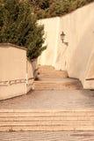 在布拉格城堡的老城堡台阶 与葡萄酒灯的中世纪楼梯,布拉格,捷克 免版税库存图片