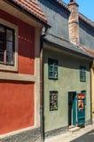 在布拉格城堡的金黄车道 免版税库存照片