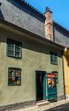 在布拉格城堡的金黄车道 免版税库存图片