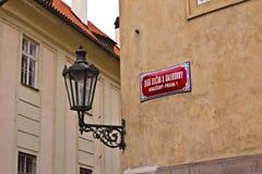 在布拉格城堡路牌的金黄车道 库存图片