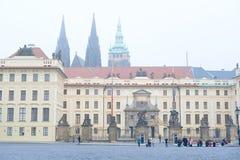 在布拉格城堡附近的旅游小组在布拉格 免版税库存照片