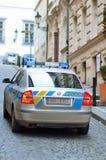 在布拉格市巡逻的警车在街道上 库存图片