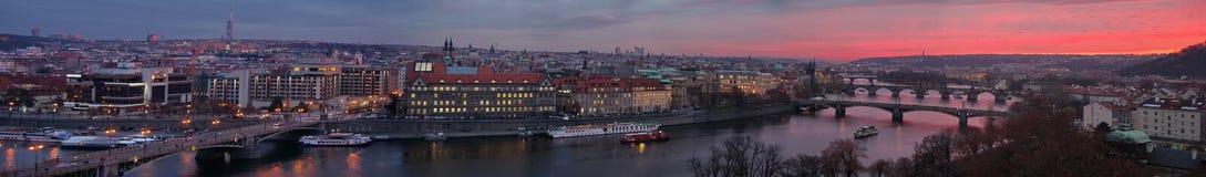 在布拉格日落 城市的全景有伏尔塔瓦河河的前景的-捷克 免版税图库摄影