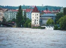 在布拉格桥梁的被充斥的河 免版税库存图片