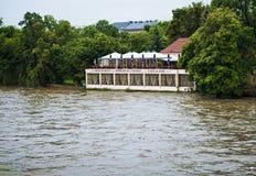 在布拉格桥梁的被充斥的河 免版税图库摄影
