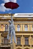 在布拉格欧洲供以人员与伞雕象的飞行 免版税库存照片