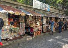 在布拉格犹太教堂附近的纪念品摊 免版税库存照片
