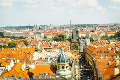 在布拉格的美丽的景色在有流动的河的伏尔塔瓦河捷克 免版税库存图片