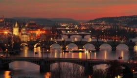 在布拉格的美好的日落 城市的全景有伏尔塔瓦河河的前景的-捷克 图库摄影