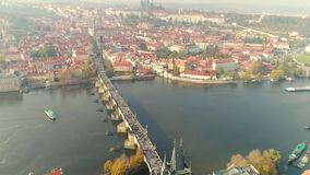 在布拉格的飞行 市的空中全景布拉格 老布拉格街道 晴朗的日 股票录像
