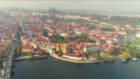 在布拉格的飞行 市的空中全景布拉格 老布拉格街道 晴朗的日 影视素材