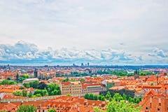 在布拉格老镇和伏尔塔瓦河河的全景 免版税图库摄影