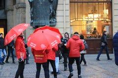 在布拉格街道上的红色伞  图库摄影
