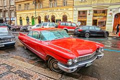 在布拉格街道的卡迪拉克黄金国  图库摄影
