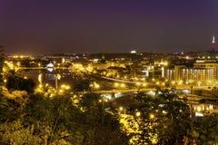 在布拉格都市风景的看法与穿过伏尔塔瓦河河的桥梁一起穿过城市的心脏 免版税库存图片