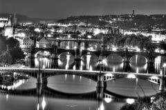 在布拉格都市风景的看法与穿过伏尔塔瓦河河穿过城市,全部的桥梁一起在黑白 图库摄影
