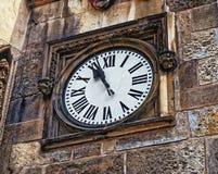 在布拉格附近香港大会堂的大门的中世纪钟表 cesky捷克krumlov中世纪老共和国城镇视图 布拉格 免版税库存照片