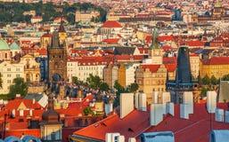 在布拉格,捷克共和国老镇、查尔斯桥梁和地平线的看法  免版税库存照片