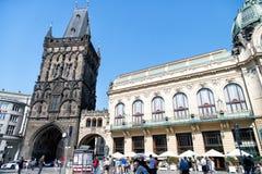 在布拉格,捷克搽粉塔和市政房子 免版税库存图片