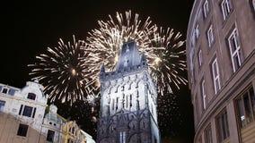 在布拉格,捷克搽粉塔门和假日烟花 影视素材