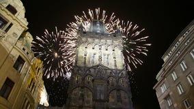 在布拉格,捷克搽粉塔门和假日烟花 股票录像