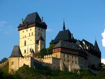 在布拉格,捷克附近的哥特式Karlstejn城堡 库存照片