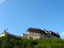 在布拉格,捷克附近的哥特式Karlstejn城堡 免版税库存照片