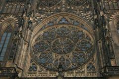 在布拉格, 14世纪圣徒Vitus大教堂的圆花窗  免版税库存图片