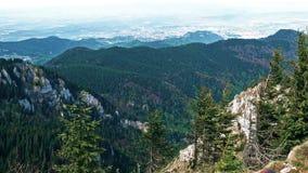 在布拉索夫的美丽的景色从Postavaru峰顶,罗马尼亚,批评 股票视频
