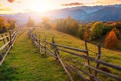 在布拉索夫,特兰西瓦尼亚,罗马尼亚,欧洲附近的秋天高山农村风景 库存照片