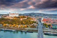 在布拉索夫城堡、老镇和圣徒Martinà 'Â的大教堂的看法在河多瑙河在布拉索夫,斯洛伐克 图库摄影