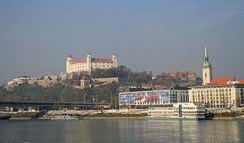 在布拉索夫城堡和多瑙河,斯洛伐克的看法 免版税图库摄影