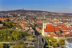 在布拉索夫老中心和圣Martins大教堂的看法在河多瑙河在布拉索夫,斯洛伐克 免版税库存照片