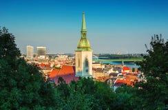 在布拉索夫老镇和圣Martins大教堂,布拉索夫,斯洛伐克的看法 免版税库存图片