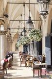 在布料下霍尔,克拉科夫,波兰曲拱的餐馆  免版税库存照片