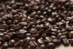 在布料大袋的咖啡豆 库存照片