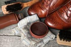 在布料的波兰奶油与发光的鞋子 免版税图库摄影