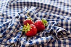 在布料的草莓 库存照片