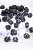 在布料餐巾关闭的新鲜的成熟黑莓 图库摄影