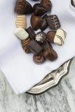 在布料餐巾的巧克力在碗 免版税库存图片