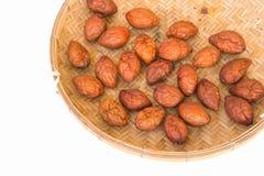 在布朗竹子的被隔绝的红色枣 免版税库存照片