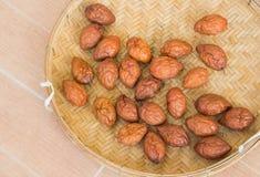 在布朗竹子篮子的甜红色枣 免版税库存照片