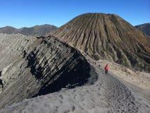 在布罗莫火山火山口外缘,东爪哇省,印度尼西亚 免版税库存图片
