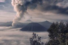 在布罗莫火山的活动在清早 免版税库存图片
