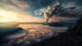 在布罗莫火山的活动在清早 库存照片