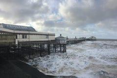 在布莱克浦北部码头的多暴风雨的天气 免版税库存图片