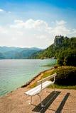 在布莱德湖的白色长凳 免版税图库摄影