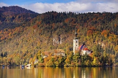 在布莱德湖的晴朗的秋天天,斯洛文尼亚 免版税库存照片