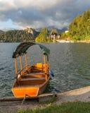 在布莱德湖,斯洛文尼亚的渡轮 库存照片