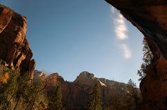 在布莱斯峡谷国立公园的场面在与水秋天的冬天 免版税库存图片